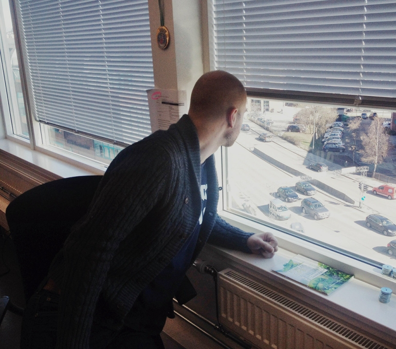 Geir ser ut av vindu