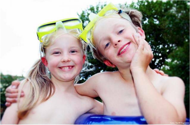 To glad og badeklare barn med gule dykkermasker.