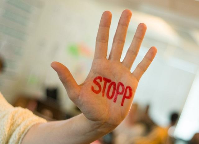 """Bilde av hånd med skriften """"stopp"""""""