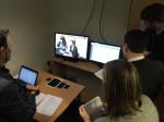 Bildet viser personer som observerer en brukertest i brukerlaben.