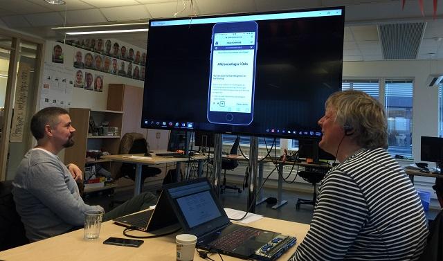 Trond Ausland og Morten Tollefsen viser video av hvordan nettstedet fungerer på iPhone.
